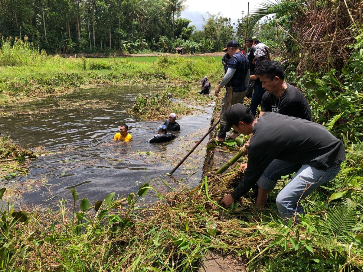 Peduli Lingkungan, Ormas Manguni Indonesia Bersih-Bersih di Danau Sendow Langowan