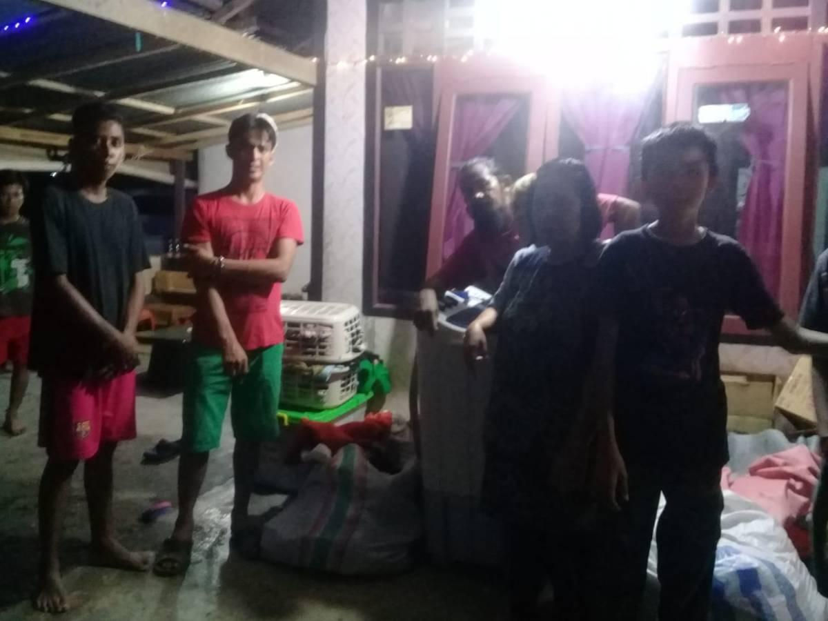 Tampung Pengungsi Dari Palu, Warga Sinonsayang Berikan Bantuan Sembako Kepada Korban Bencana Alam