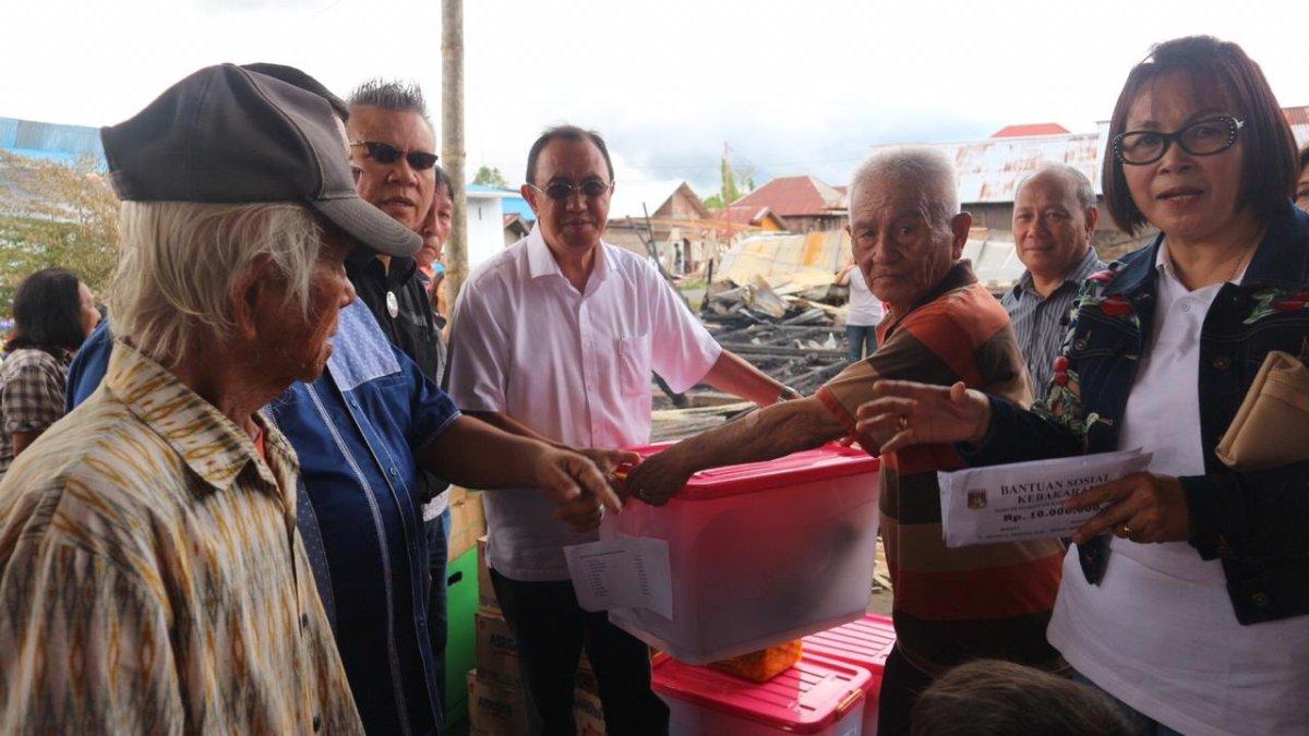 Bupati ROR Kunjungi dan Serahkan Bantuan Kepada Korban Kebakaran di Kiniar Tondano